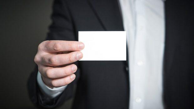 מדוע חשוב לחלק כרטיסי עובד